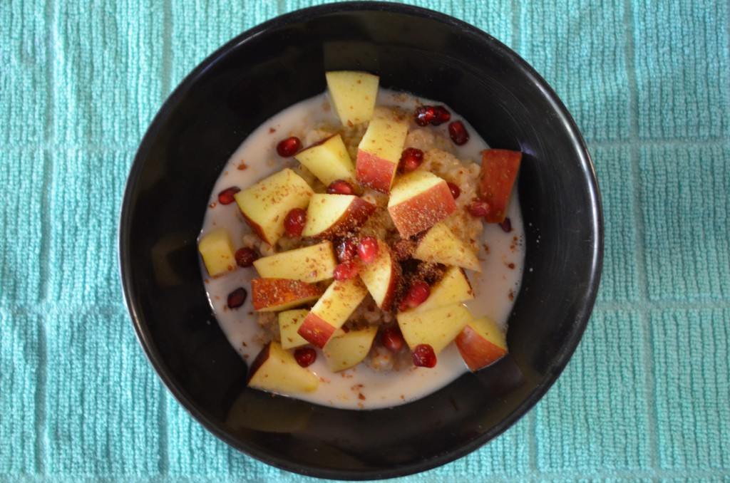 Autum Nutritarian Breakfast: Rolled Oats with Apples, Pomegranate Seeds and Flax // MyMommaToldMe.com