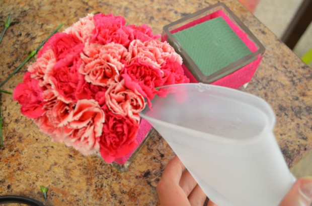 How to make a simple crepe paper centerpiece for baby shower or birthday MyMommaToldMe.com